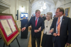 Nina Lagergren (C), the 91-year-old half-sister of World War II hero Raoul Wallenberg, is supported by US Senator Johnny Isakson (R-GA)   EPA/LEIF R JANSSON